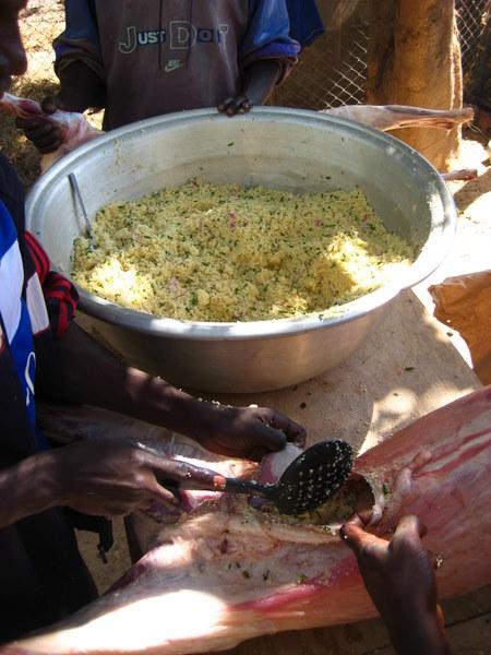 01 on fourre les moutons de couscous et de condiments.JPG